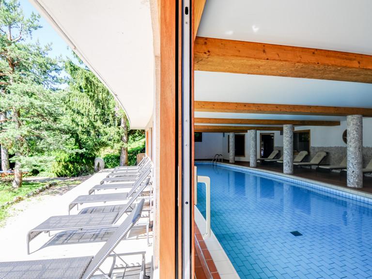 hotel-carlina-la-clusaz-piscine-bain-de-soleil