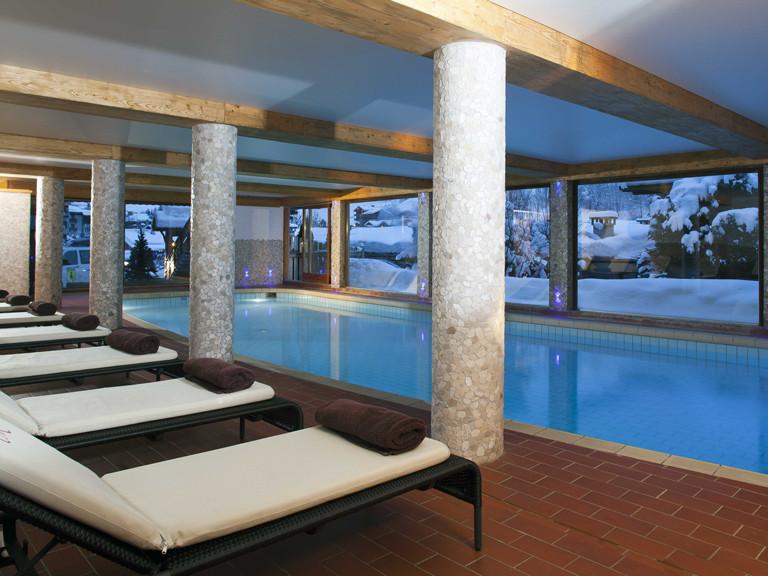 hotel-carlina-la-clusaz-piscine-hiver