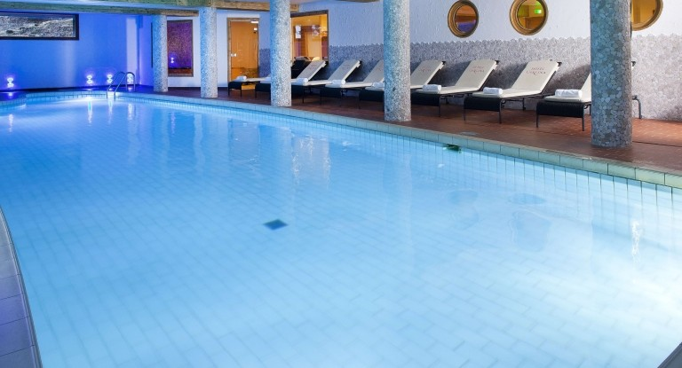 hotel_carlina_la_clusaz_piscine_nuit